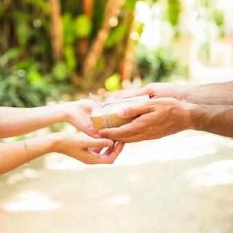 De handholding gebonden valentijnengift van het paar