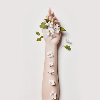 De handvrouw van de manierkunst in de zomertijd en bloemen