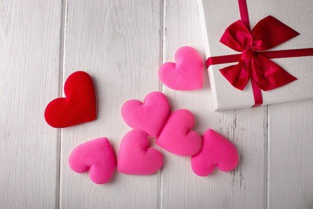 De harten van de valentijnskaartendag op witte houten. valentine concept