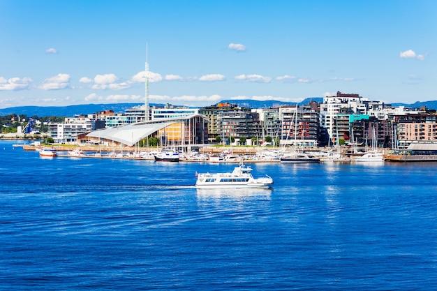 De haven of haven van oslo in de wijk aker brygge in oslo, de hoofdstad van noorwegen. Premium Foto