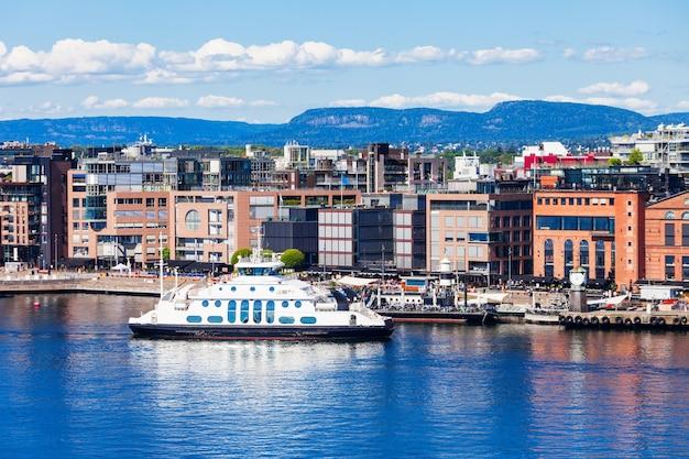 De haven of haven van oslo in de wijk aker brygge in oslo, de hoofdstad van noorwegen.
