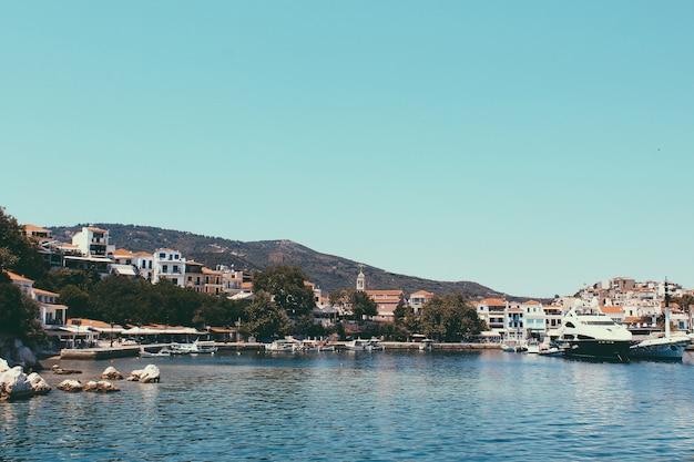 De haven op het griekse eiland skiathos