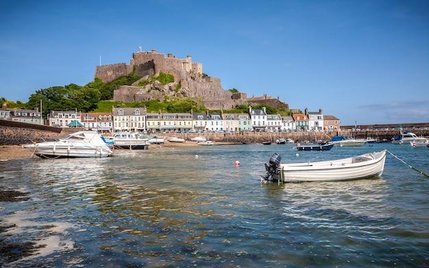 De haven van gorey en het kasteel van mont orgueil, jersey, de kanaaleilanden