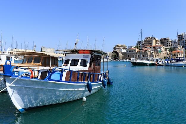 De haven van heraklion en de venetiaanse haven op het eiland kreta