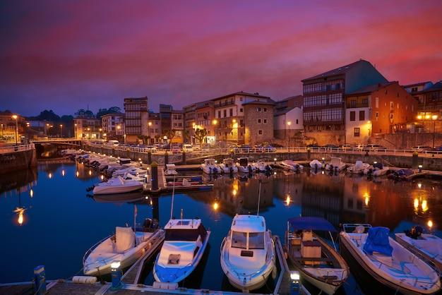 De havenzonsondergang van de llanesjachthaven in asturias spanje