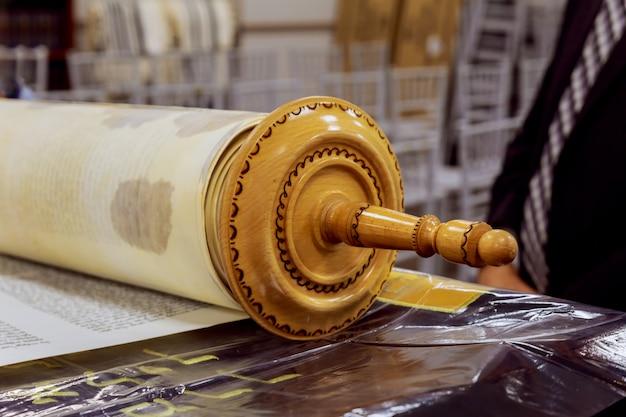 De hebreeuwse handgeschreven thora, op een synagoge