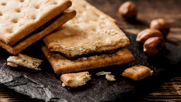 De heerlijke koekjes met noten sluiten omhoog