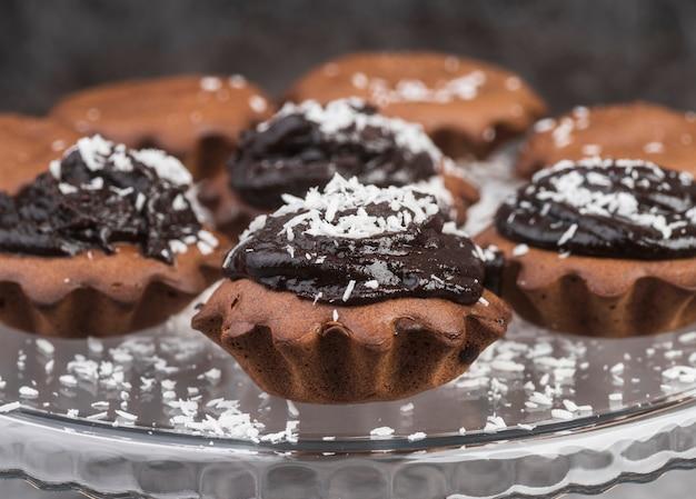 De heerlijke reeks chocolademuffins van de close-up