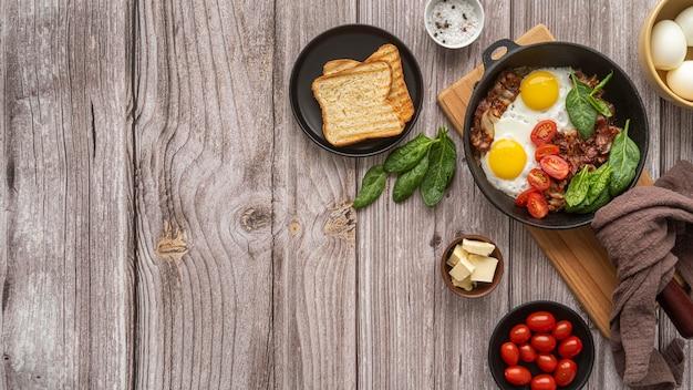 De heerlijke samenstelling van de ontbijtmaaltijd met exemplaarruimte