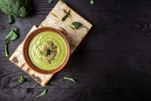 De heerlijke soep van de broccoliroom die op houten lijst wordt gediend