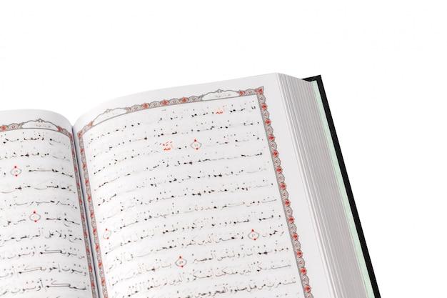 De heilige koran op witte achtergrond