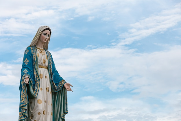 De heilige maagd maria in de blauwe lucht.