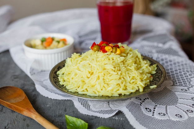 De heksensalade en saus van de rijstplaat op achtergrond