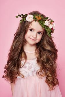 De heldere zomer van het meisje kijkt mooie kleren. bloemen