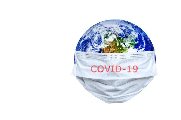 De hele aarde is in quarantaine geplaatst, de aarde draagt een masker op de witte achtergrond