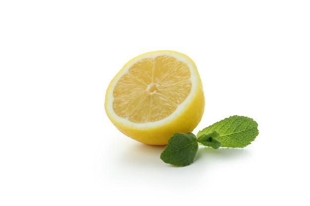 De helft van de citroen op wit wordt geïsoleerd