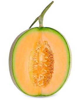 De helft van de oranje kleurenmeloen die op wit wordt geïsoleerd