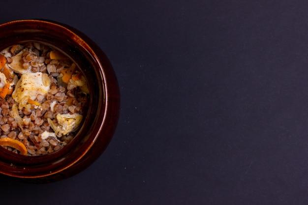 De helft van een keramische pot. vrije ruimte voor de inscriptie. bovenaanzicht van een pot boekweitpap.
