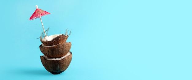 De helft van gebroken kokosnoot op blauw