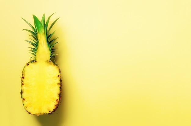 De helft van gesneden ananas op geel