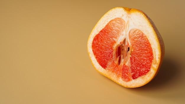 De helft van grapefruit op een gouden