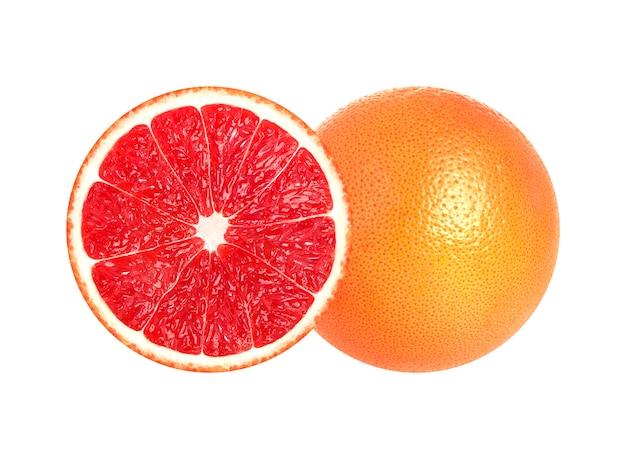 De helft van grapefruit op witte achtergrond wordt geïsoleerd die