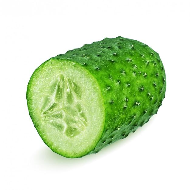 De helft van groene komkommer die op witte achtergrond wordt geïsoleerd