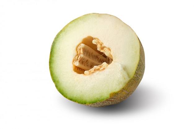 De helft van rijpe gele meloen met zaden die op witte achtergrond worden geïsoleerd