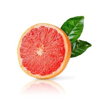 De helft van rijpe rode grapefruit met groene bladeren geïsoleerd op een witte achtergrond. detailopname