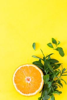 De helft van sinaasappel en bladeren