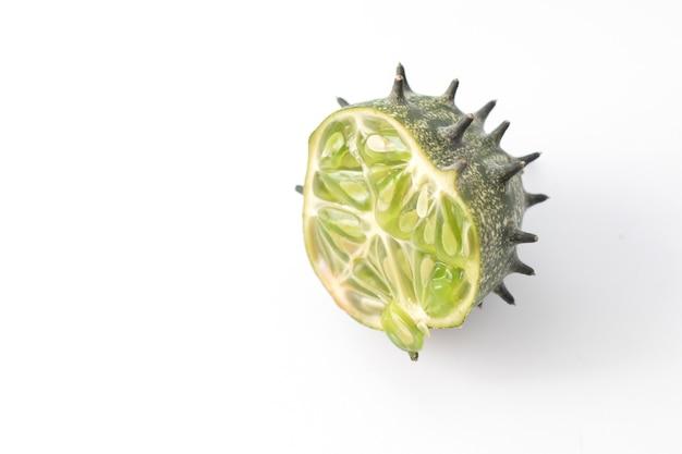 De helft van stekelig groen spuitend komkommerfruit met doornen.