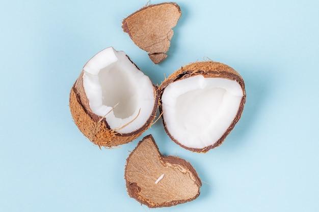 De helften van gehakte kokosnoot op blauwe achtergrond