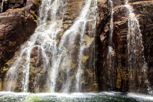 De helling van rots in de vorm van trappen en waterval