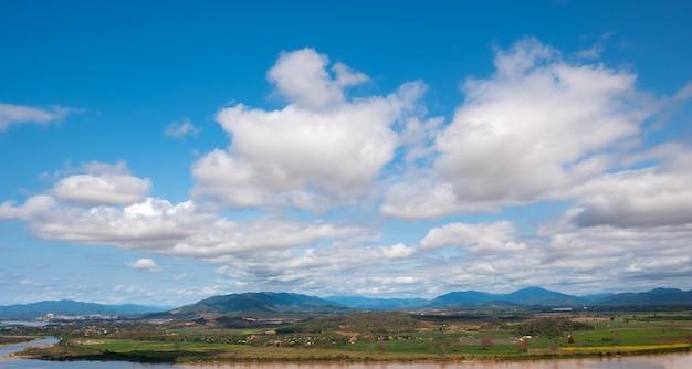 De hemel heeft wolken en de mekong river.sky en cloud.white clouds.dorp in de buurt van de rivier.border river.river grens thailand en laos. chiang saen, chiang rai.
