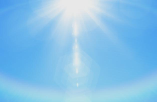 De hemel met zonnestralen steekt witte pluizige cloudscape aardachtergrond aan