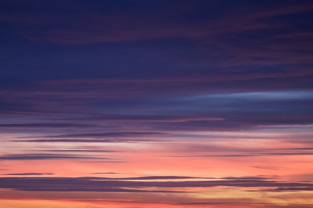De hemel vóór zonsondergang werd blauwe, roze en oranje kleur, achtergrond