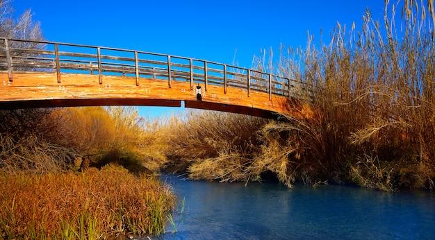 De herfst houten brug van turia-park valencia
