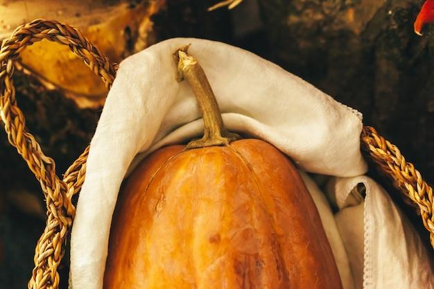 De herfst met pompoen dichte omhooggaand op lijst
