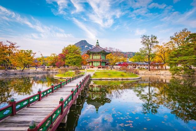 De herfst van gyeongbokgung-paleis in seoel