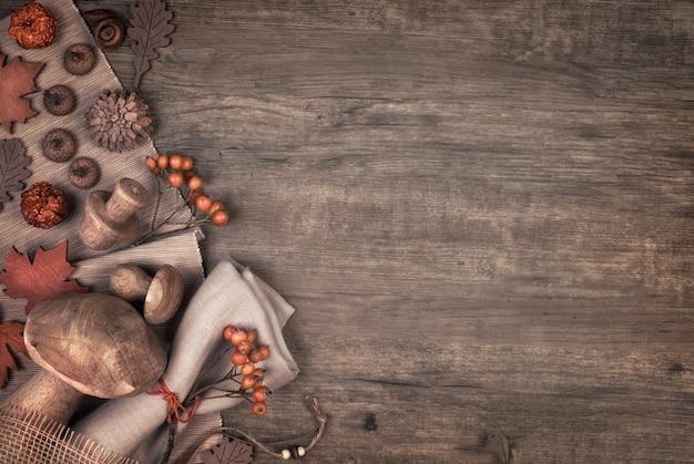 De herfstachtergrond met dalings droge decoratie op hout, ruimte