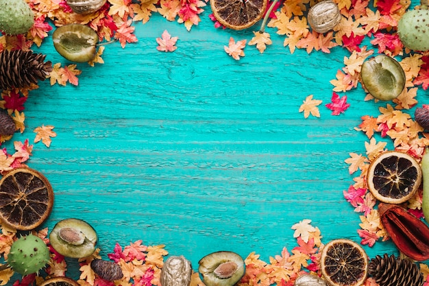 De herfstachtergrond van het frame met bladeren en natuurvoeding