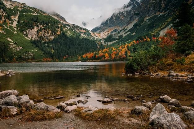 De herfstberg en popradske-plesomeer in hoge tatras, slowakije
