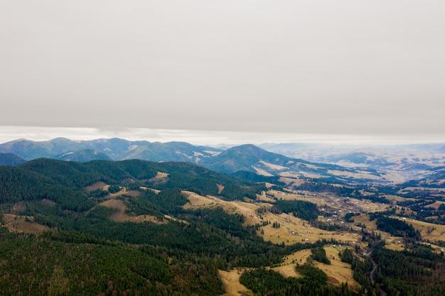 De herfstbergen en blauw hemellandschap. traditionele landschap in de bergen. karpaten, oekraïne.