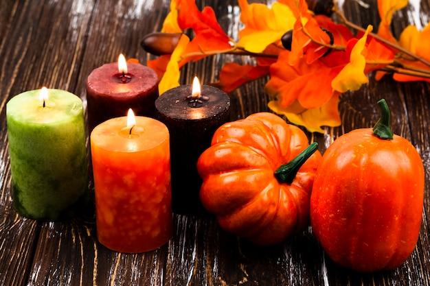 De herfstdecoratie van de close-up met kaarsen