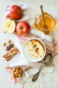 De herfstgranola met banaanappelen en amandel
