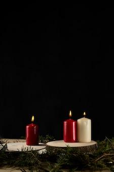 De herfstkaarsen over houten plakken met taxus