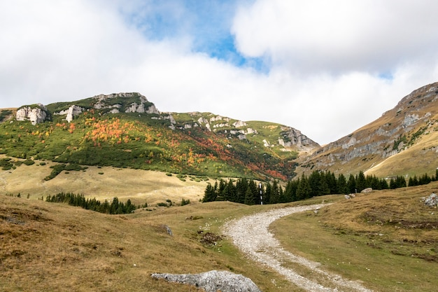 De herfstmening van bucegi-bergen, bucegi nationaal park, roemenië, perfecte dag om te wandelen