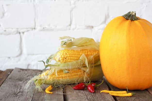 De herfstpompoenen en andere groenten op een houten dankzeggingslijst