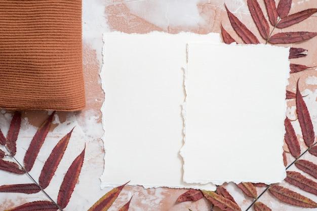 De herfstrood verlaat kader op rustieke houten achtergrond. mooie herfst gele gebladerte grens. trend gescheurd papier voor uw notities. seizoensoogst t, herfstkaart. plat liggend, bovenaanzicht. copyspace.