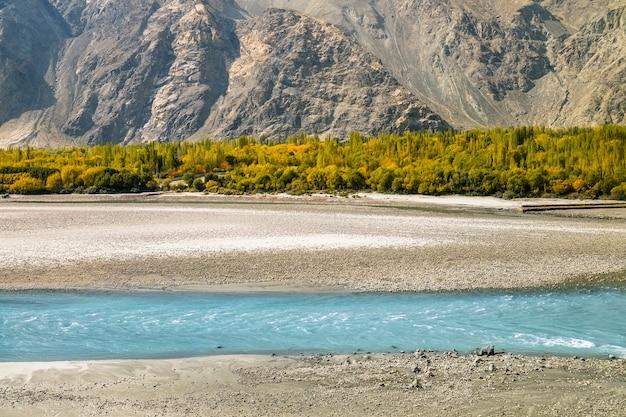 De herfstscène van turkooise blauwe rivierstromen in het skardu-district. gilgit baltistan, pakistan.